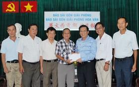 阮玉英主編(右三)接受土龍木天后宮理事會捐款。