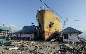 在印尼中蘇拉威西省浪加拉縣重災區,偌大的船隻也抵不住海嘯的威力,被直推上岸插入民宅之間。 (圖源:路透社)
