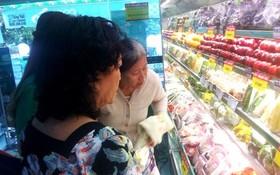 消費者在Co.opmart連鎖超市購買食品。