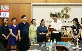 平仙(Biti's)公司代表迎接中國雲南省河口瑤族自治縣人民政府代表團。