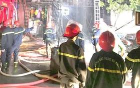 消防警察在本市某結合經營的住房滅火。