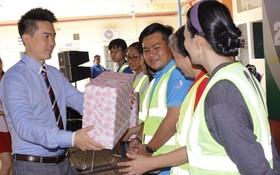 黃敬樺副董事長向第一郡婦女及青年贈送禮物。