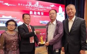 浸石天后宮理事長張敬和(左二)向組委會贈送紀念品。