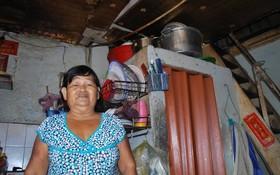戶主的妻子張南瑛向記者介紹自己家庭的現況。