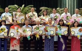 華人民運幹部王沛川(後排左三)獲表彰。