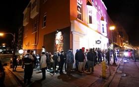 10月17日,加拿大民眾徹夜排長隊,只為等待大麻商店開門。(圖源:互聯網)