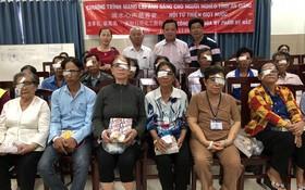 梁萬榮先生(後排右二)及各位熱心人士與剛施手術的貧困視障者合影。