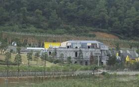 圖為在河內市朔山縣明智鄉同渡湖畔興建的一組建築群體。(圖源:陳王)