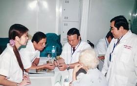 本文作者劉劍昌師傅(左三)與各醫師研討醫術。
