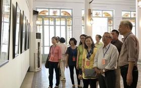 聞立聖畫家(右一)與我國華人畫家、 書法家交流。