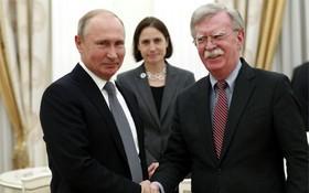 俄總統普京(左)在克宮會見博爾頓。(圖源:AFP)