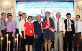 捷克大使館代表Olga Chojnacka(右四)同與會代表合照。