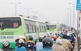 本市巴士與其他各類車輛正共用車道。