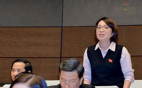 國會代表、富安省勞動與榮軍社會廳副廳長范氏明賢向教育與培訓部長馮春迓提出質詢。