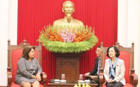 中央民運部長張氏梅(右)接見古巴婦聯會秘書長瑪麗亞‧特蕾莎。(圖源:御平)