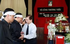 原國家主席阮明哲慰問阮氏雲同志的家屬。