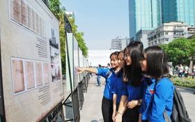 本市青年參觀圖片展。