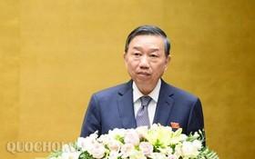 公安部長蘇霖上將闡述政府的報告。(圖源:Quochoi.vn)