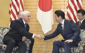 日本首相安倍晉三(右)13日與美國副總統彭斯會談。(圖源:共同社)