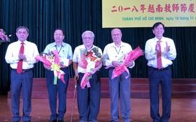 市華文教育輔助會向市華語教師俱樂部的3位顧問老師贈送鮮花祝賀。