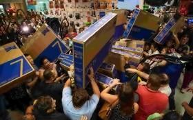 希臘民眾在商場購物血拼。(圖源:互聯網)
