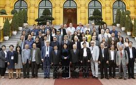 國家副主席鄧氏玉盛(前中)在主席府前與音樂家和藝人代表團合影留念。(圖源:越通社)