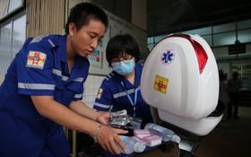 急救摩托車的前線醫療隊員在準備藥物及醫療器材。(圖源:玉陽)