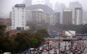悉尼週三遭狂風暴雨襲擊,洪水導致市內數十條公路關閉,在悉尼港大橋附近公路車輛大癱瘓。(圖源:路透社)