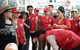 紅十字會人員指引民眾被異物卡住喉嚨的急救方法。