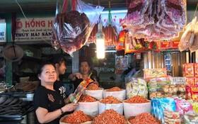 顧客在平西市場選購年貨。
