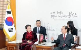 國會主席阮氏金銀接見釜山市長吳巨敦。(圖源:越通社)