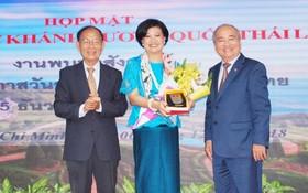 市各友好組織聯合會主席黃明善(右)和市越泰友協主席張黃(左)向即將離任回國的泰國駐市總領事Ureerat Ratanaprukse贈送紀念品和鮮花。
