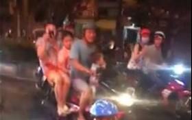 某男童騎著小型摩托車上街。(圖源:視頻截圖)