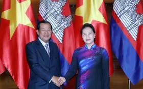 國會主席阮氏金銀(右)接見柬埔寨首相洪森。(圖源:仲德)