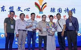 曾廣健和冬夢(左三、四)在領獎上與國內外作家合照。