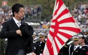 日本首相安倍晉三檢閱日本自衛隊。(圖源:AFP)