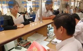 民眾在職能機關辦理房地產證書簽發手續。