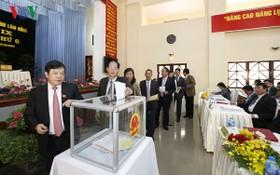 林同省人民議會代表進行投信任票。(圖源:VOV)
