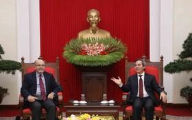 中央經濟部長阮文平接見國際貨幣基金組織(IMF)亞太部處長艾利克斯‧莫穆拉斯。(圖源:越通社)