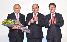 政府總理阮春福與 THACO 集團領導祝賀越南國足主教練朴恒緒。(圖源:VOV)