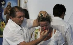 巴西靈媒師約翰(左)為患者治療。(圖源:互聯網)