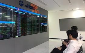 投資者觀察股市走勢。