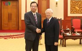 黨中央總書記、國家主席阮富仲(右)接見日本共產黨委員長志位和夫。(圖源:VOV)