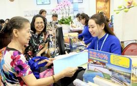 遊客在本市一家旅遊公司登記春節旅程。