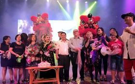 觀眾與歌手向紅艷卿(前排左四)祝賀生日。