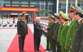 阮富仲總書記、國家主席與公安幹部親切握手。