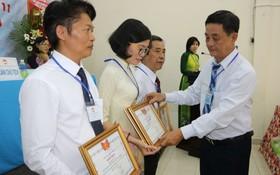 大會向過去任期作出不少努力的7集體和34個人頒發禮物和獎狀。