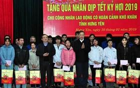 公安部長蘇霖上將(右五)向興安省貧困勞動工人贈送禮物。(圖源:田升)