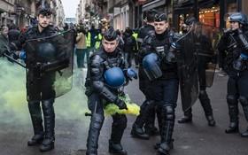警方在里昂向示威者投擲煙霧彈。(圖源:AP)