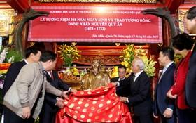 阮貴恩名人銅像移交儀式一瞥。(圖源:語遷)